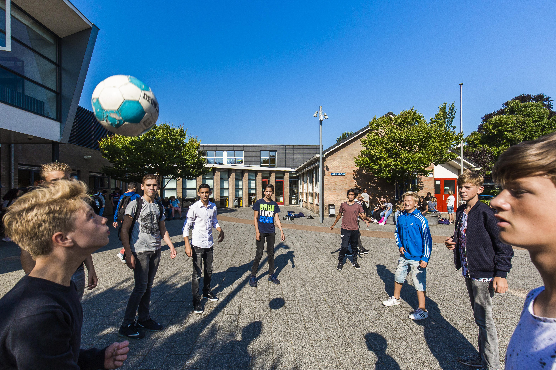 Haemstede-Barger-Mavo-HBM-middelbare-school-Heemstede-pauze-op-het-plein